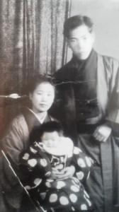 24才の父と母をアルバムに見つけました。ぼろぼろの写真ですが私の宝ものです。裏に父の字で書いてありました。「昭和23年1月2日 三根子 五カ月」24才の父